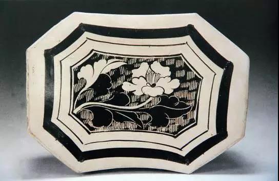 白地黑花折枝牡丹纹八角形枕.jpg