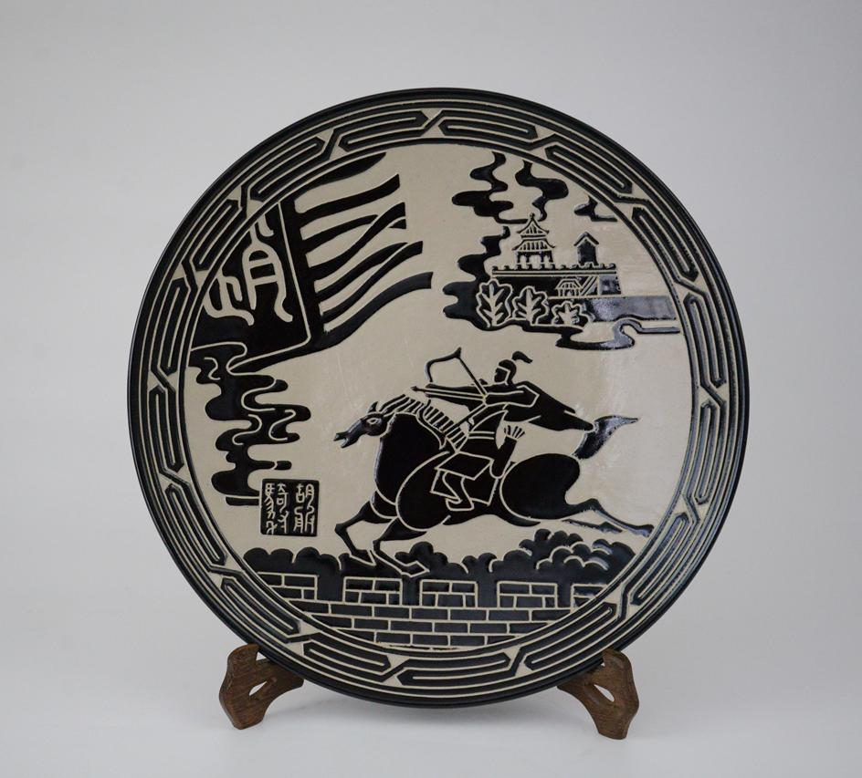 姚红川+胡服骑射盘+31厘米+陶瓷(1)_副本.png